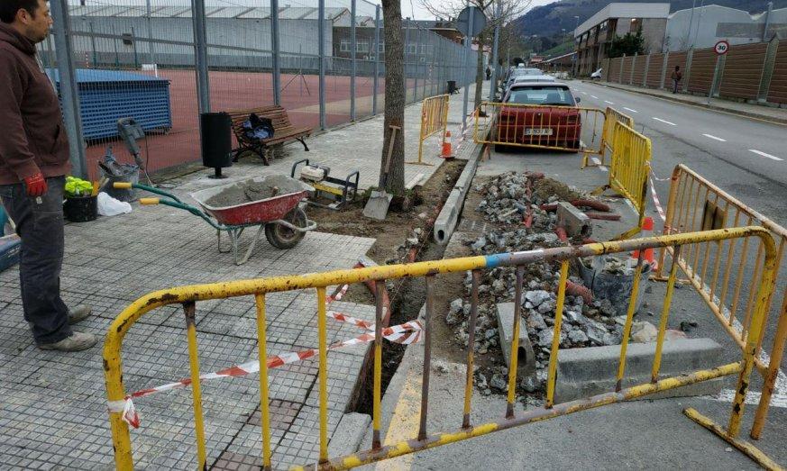 La reparación de alcorques mejorará la situación de las aceras en la zona de Ría de Solía